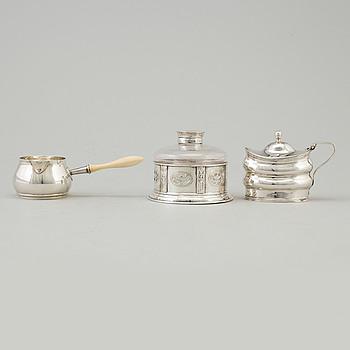 PARTI SILVER, 3 delar, senapskanna daterad 1801, bläckställ 1899 och brandypanna 1911, England.