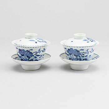 RISSKÅLAR MED LOCK OCH FAT två st, Kina omkring 1900 porslin.
