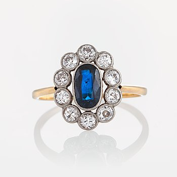 1026. A sapphire ring in platinum and 18K gold set with old-cut diamonds.