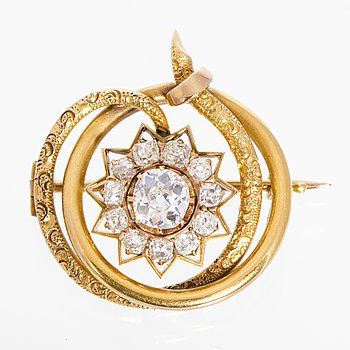 111. A BROOCH, old cut diamonds, 14K (56) gold. Moscow, turn of the 20th century.