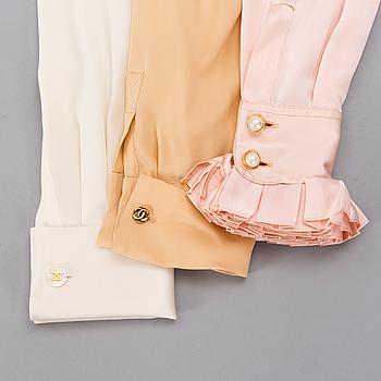 CHANEL, Tre Vintage-blusar i Siden.