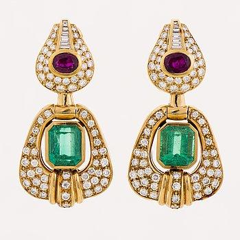 ÖRHÄNGEN, fasettslipade smaragder och rubiner, diamanter, 18K guld. Gomez & Molina, Spanien.