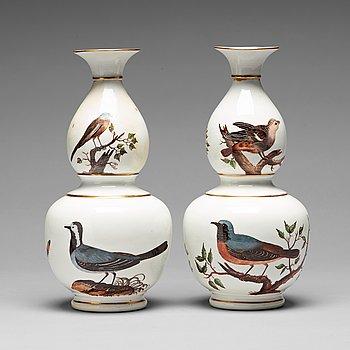 246. VASER, ett par, porslin.  Meissenliknande märke, 1800-tal.