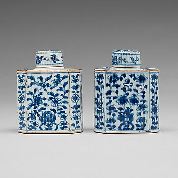 208. TEDOSOR med LOCK, ett par, porslin. Qingdynastin, Kangxi (1662-1722).