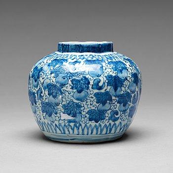203. KRUKA, porslin. Mingdynastin, Wanli (1572-1620).