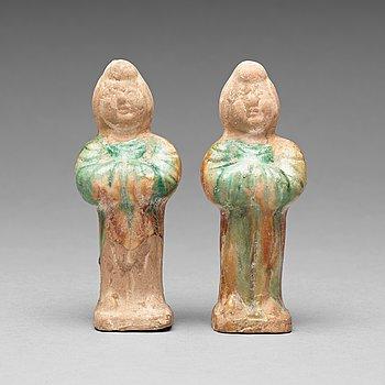 129. FIGURINER, två stycken, lergods. Mingdynastin (1368-1644).