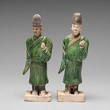131. SKULPTURER, två stycken, lergods. Ming dynastin (1368-1644).