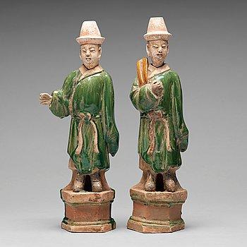 130. SKULPTURER, två stycken, lergods. Mingdynastin (1368-1644).