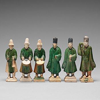 132. SKULPTURER, sex stycken, lergods. Mingdynastin (1368-1644).