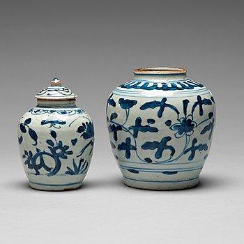 201. KRUKOR, två stycken, porslin. Ming dynastin, 1500-tal.