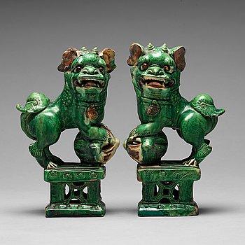 133. FOHUNDAR, ett par, keramik. Mingdynastin (1368-1644).