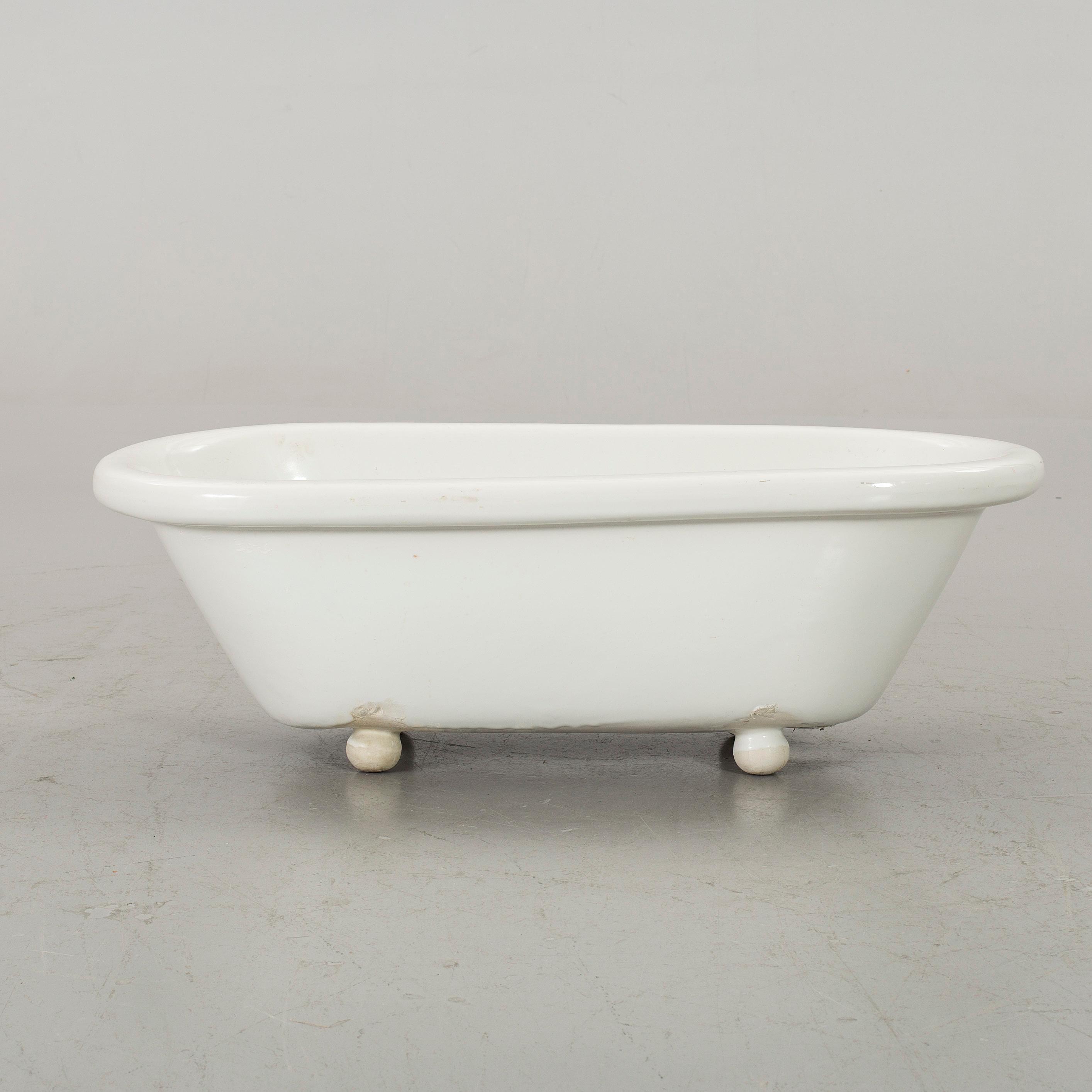 A PORCELAIN BATHTUB FOR CHILDREN. - Bukowskis