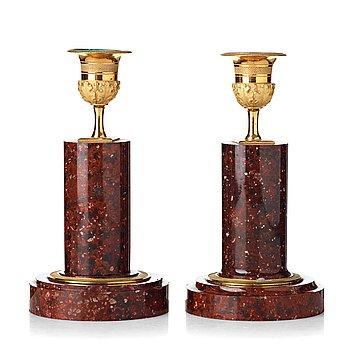 84. LJUSSTAKAR, två stycken snarlika, 1800-tal, Empirestil.