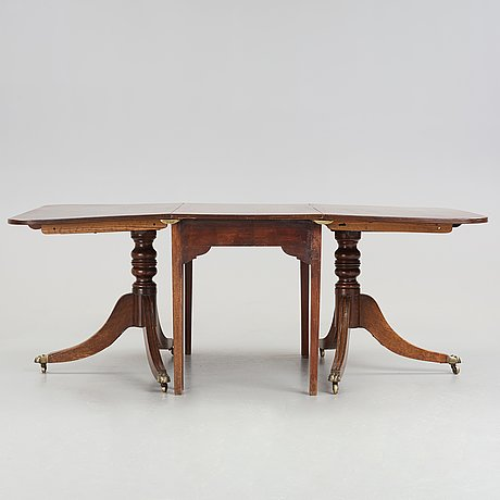 An english dinner table, beginning of the 20th century.