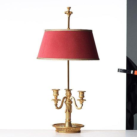 A louis xvi-style lampe à bouillotte.