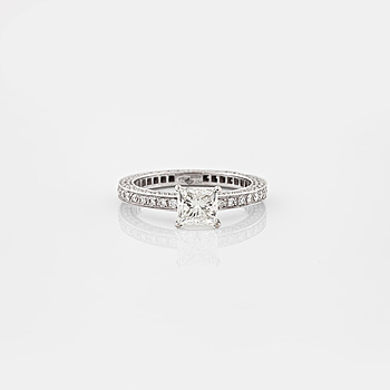 RING, A brilliant- and princess cut diamond ring.