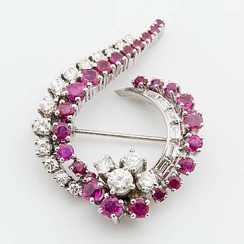 BROOCH, 18K vitguld, briljanter and baguettes total weight approximatively 2 ct and rubies.