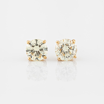 EARRINGS, A pair of brilliant cut diamond earrings.