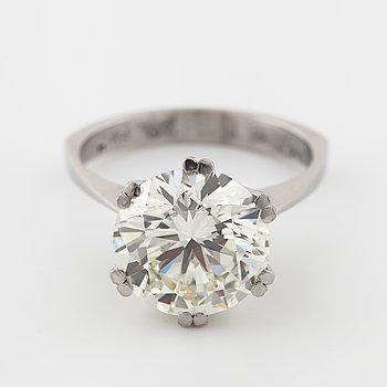 A brilliant cut diamond ring, ca 5.55 cts.