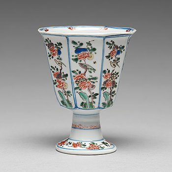 647. A famille verte octagonal Stem cup, Qing dynasty, Kangxi (1662-1722).