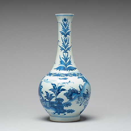 A large blue and white transitional vase, 17th century, chongzhen (1635-44).