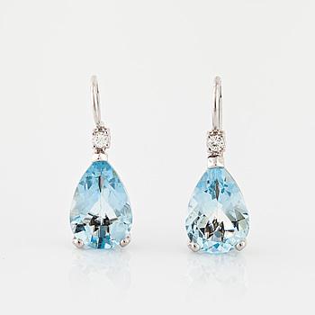 ÖRHÄNGEN, med droppslipade akvamariner totalt ca 4.00 ct samt briljantslipade diamanter totalt ca 0.05 ct.