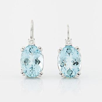 ÖRHÄNGEN, med ovalslipade akvamariner totalt ca 9.00 ct samt briljantslipade diamanter totalt ca 0.20 ct.