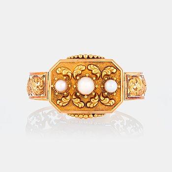 953. Armband 18K guld med tre pärlor.