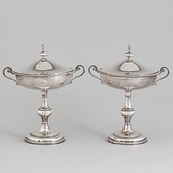 SOCKERSKÅLAR PÅ FOT, ett par, silver, Gustaf Möllenborg, Stockholm 1877.