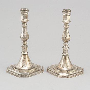 LJUSSTAKAR, ett par, silver, icke identifierade stämplar. Barock-stil. Troligen 1900-talets början.