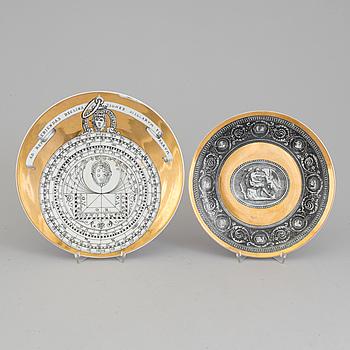 TALLRIKAR, 2 st, porslin, Fornasetti, Italien, 1900-talets andra hälft.