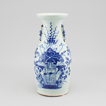 A Chinese porcelain vase from around the turn of the century 1900.