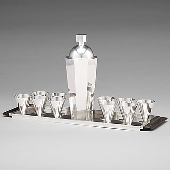 128. Wiwen Nilsson, a cocktail set comprising a cocktailshaker, ten glasses and a tray, Lund, sterling 1946.