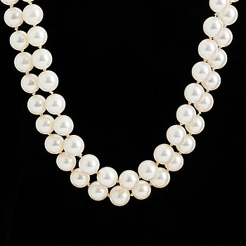 A TWO STRAND PEARL NECKLACE.