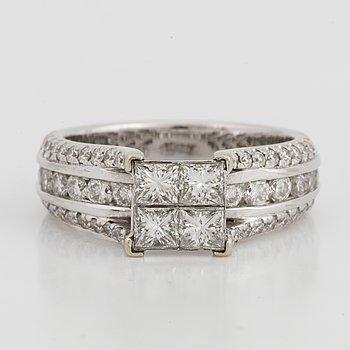 RING, med prinsessslipade och briljantslipade diamanter.