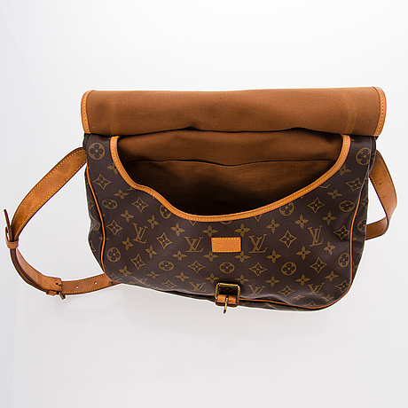 f273e14bf7ce LOUIS VUITTON MONOGRAM CANVAS SAUMUR 35 BAG. - Bukowskis