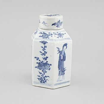 A porcelain tea caddy from China, late Qing dynasty (1644-1912).
