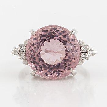 RING, med fantasislipad rosa turmalin 10,73 ct enligt gravyr och diamanter.