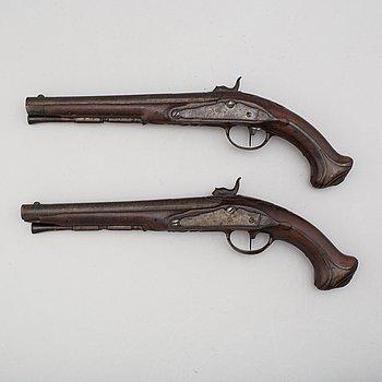 JOHAN FRANZ MEIDINGER, (mästare i Stockholm 1750-1769) slaglåspistoler ett par, signerade.