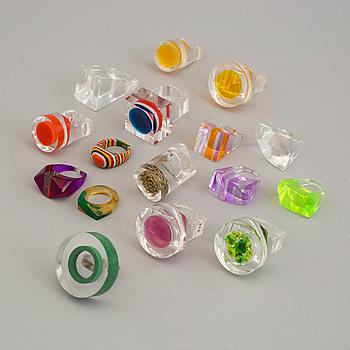 RINGAR, 16 ringar i akrylplast, bland annat Siv Lagerström, omkring 1970.