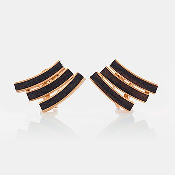 A pair of Paul Binder earrings in 18K gold and wood.