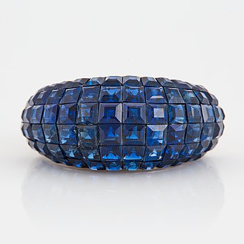 1028. A platinum ring set with carre cut sapphires 6.28 cts according to engraving.