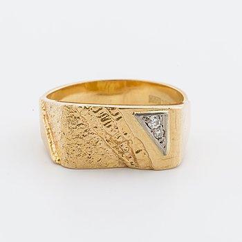 RING, 14K guld, m 2 diamanter 8/8.