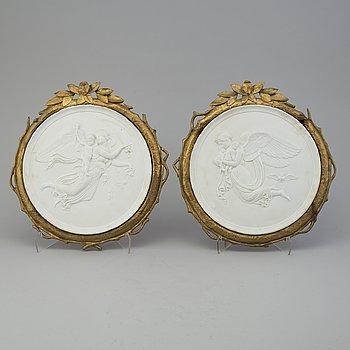 VÄGGPLAKETTER, ett par, parian, 1800-talets slut.