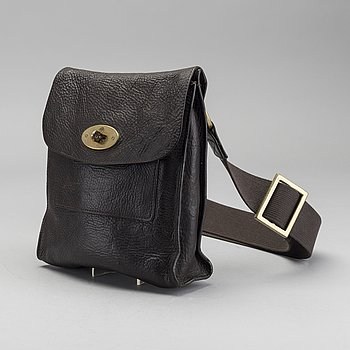 A MULBERRY SMALL MESSENGER BAG.
