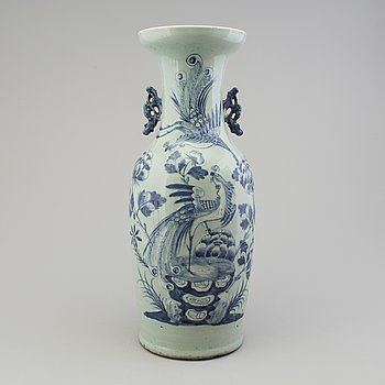 A CHINESE PORCLAIN VASE, 19TH/20TH CENTURY.