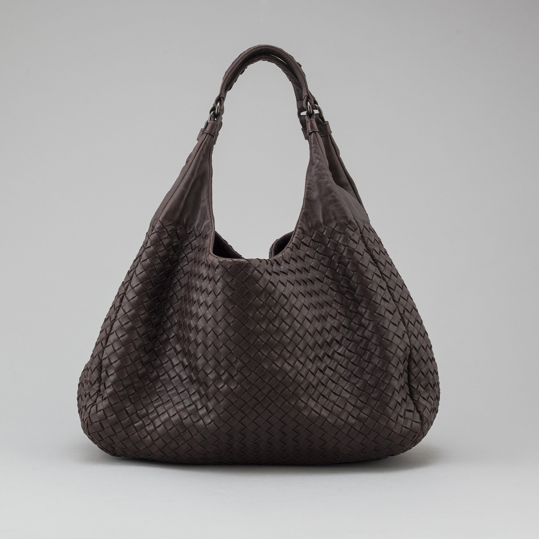 a Bottega Veneta bag in brown intrecciato-leather. - Bukowskis 9aeff91fd7bbd
