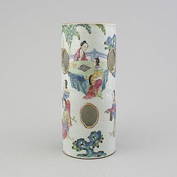 A 19TH CENTURY CHINESE VASE/LANTERN.