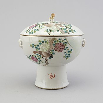 A CHINESE PORCELAIN BOWL AND COVER, 19th/20th century.