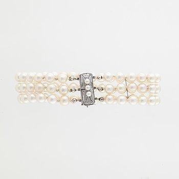 A cultured pearl bracelet.